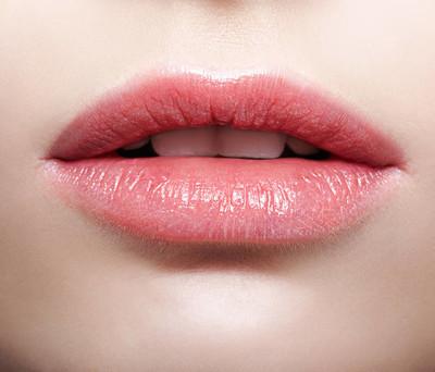 丽泽堂:嘴唇干裂起皮,精致妆容毁一半。